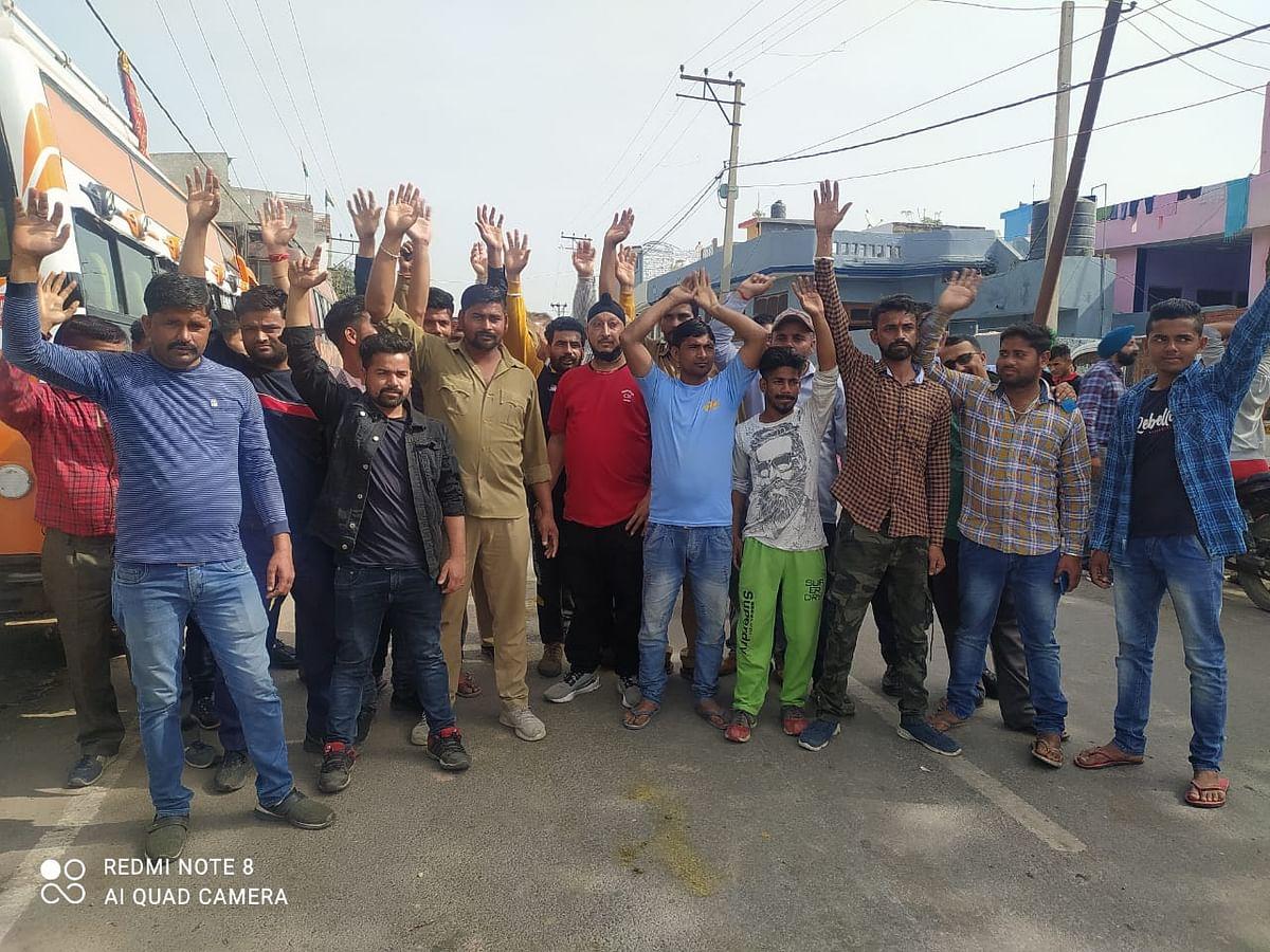 कठुआ पंडोरी रूट पर चलने वाली मेटाडोर चालकों और सह चालकों ने यातायात विभाग के खिलाफ किया प्रदर्शन