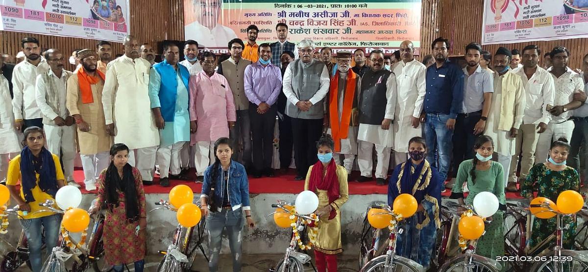 पंजीकृत निर्माण श्रमिकों के बालक-बालिकाओं को वितरित की गई साइकिल