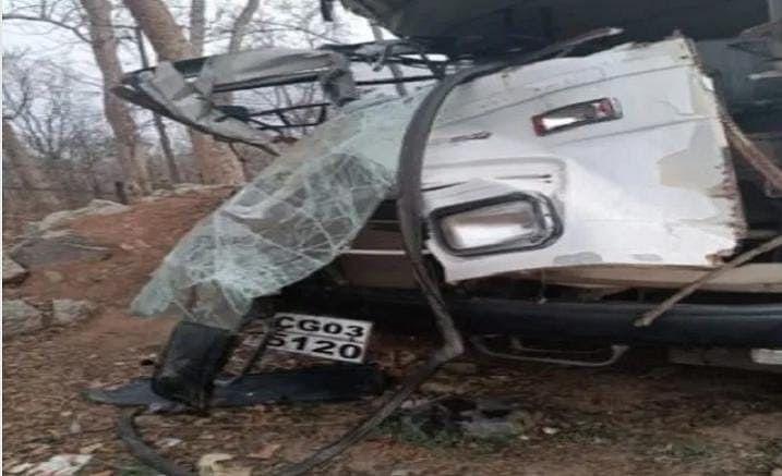 कोरबा : बांगो के पास पुलिस जवानों से भरी बस ट्रक से जा टकराई, दो दर्जन पुलिस जवान घायल