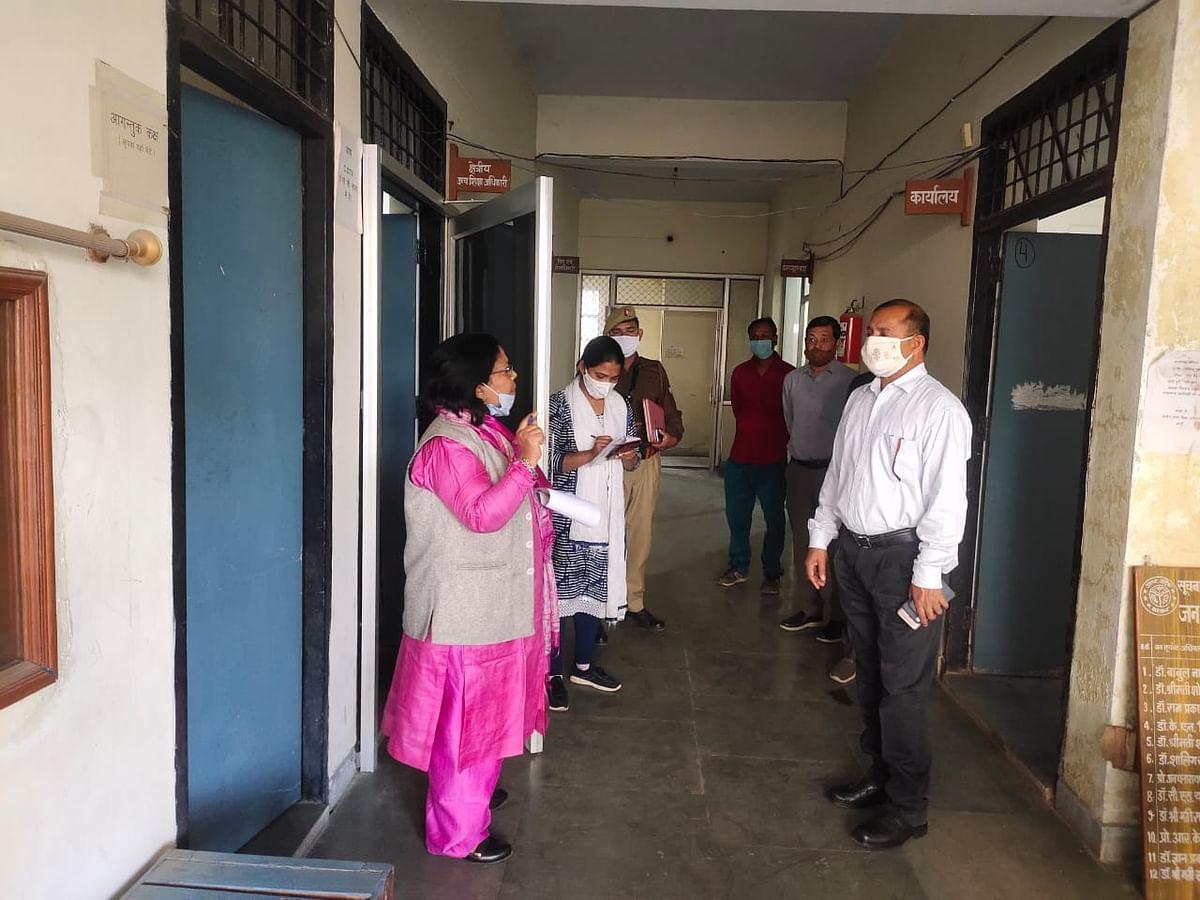 कमिश्नर ने क्षेत्रीय उच्च शिक्षा अधिकारी व सहायक निबन्धक चिटफण्ड फर्म सोसाइटी कार्यालय का किया निरीक्षण