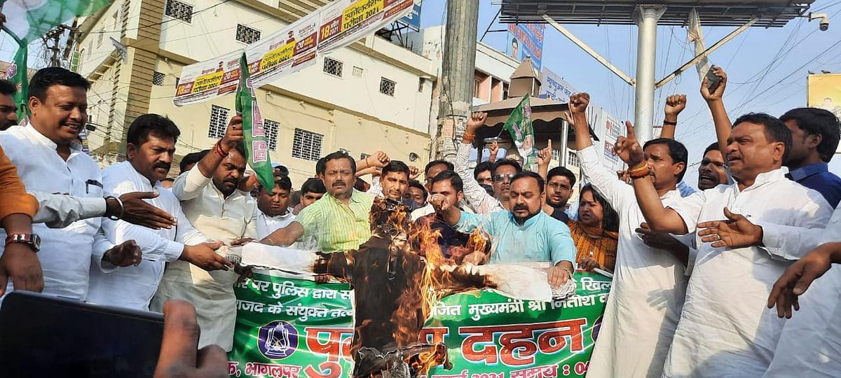 युवा राजद तथा छात्र राजद के संयुक्त तत्वावधान में मुख्यमंत्री का जलाया गया पुतला