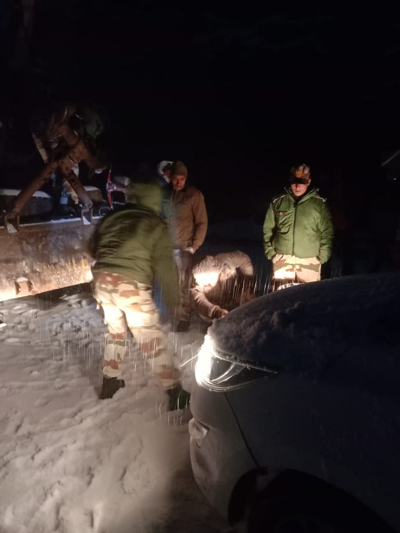 सिक्किम में बर्फबारी में  फंसे 17 पर्यटक बचाए गए