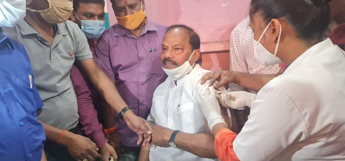 पूर्व मुख्यमंत्री रघुवर दास ने जमशेदपुर के एमजीएम अस्पताल में कोरोना का टीका लगवाया