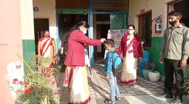 11 महीने बाद खुले कक्षा एक से पांच तक के स्कूल, तिलक लगाकर बच्चों का स्वागत