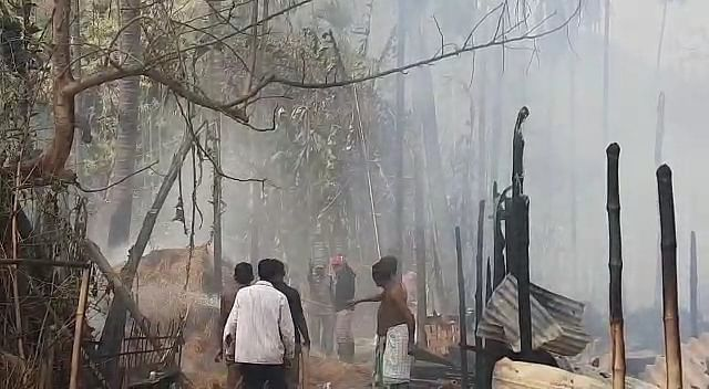 आग में घर बॉयलर फार्म घर जलकर राख