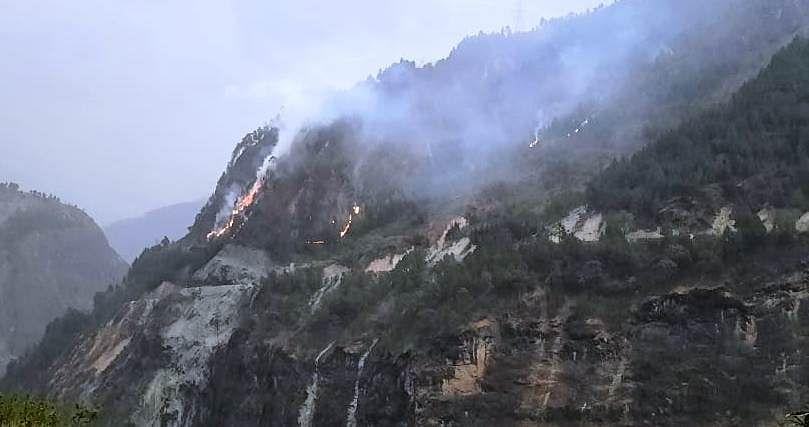 चमोली के जंगलों में भड़की आग, लाखों की वन संपदा राख