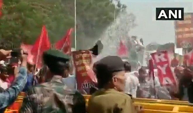 बिहार पुलिस ने प्रदर्शन कर रहे वामदलों के कार्यकर्ताओं पर बरसाईं लाठियां, वॉटर कैनन का भी किया इस्तेमाल