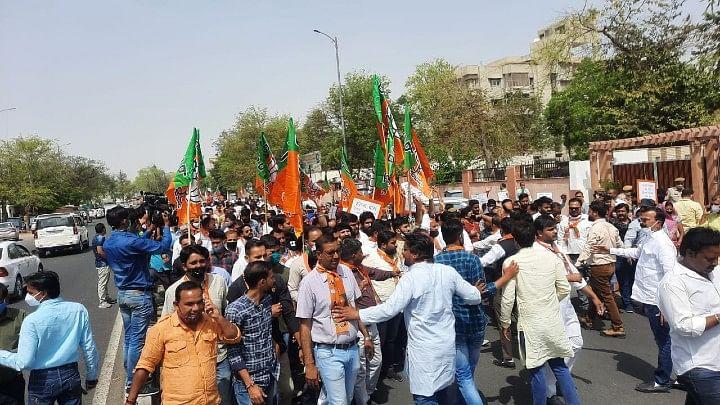 जन विरोधी नीतियों व कुशासन के विरोध में गहलोत सरकार के खिलाफ भाजपा का हल्ला बोल:सैंकड़ों बीजेपी कार्यकर्ताओं ने शक्ति प्रदर्शन कर निकाली रैली