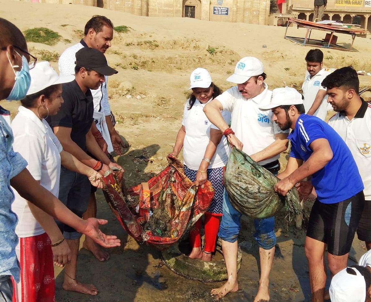 प्रधानमंत्री से सराहना पाने के बाद युवाओं ने तुलसी घाट पर स्वच्छता अभियान चलाया