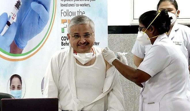 PM के टीका लगवाने के बाद अब बड़ी संख्या में लोगों के टीकाकरण करवाने की उम्मीद: डॉ. गुलेरिया