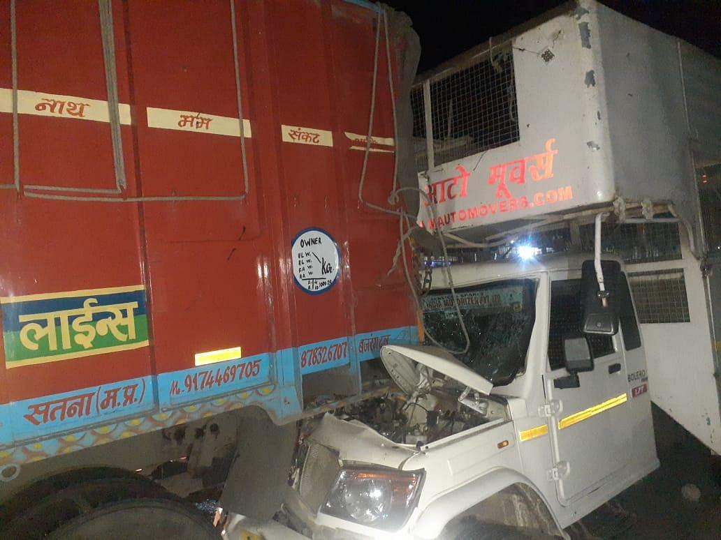 मालवाहक वाहन खड़े ट्रक में घुसा, चालक घायल