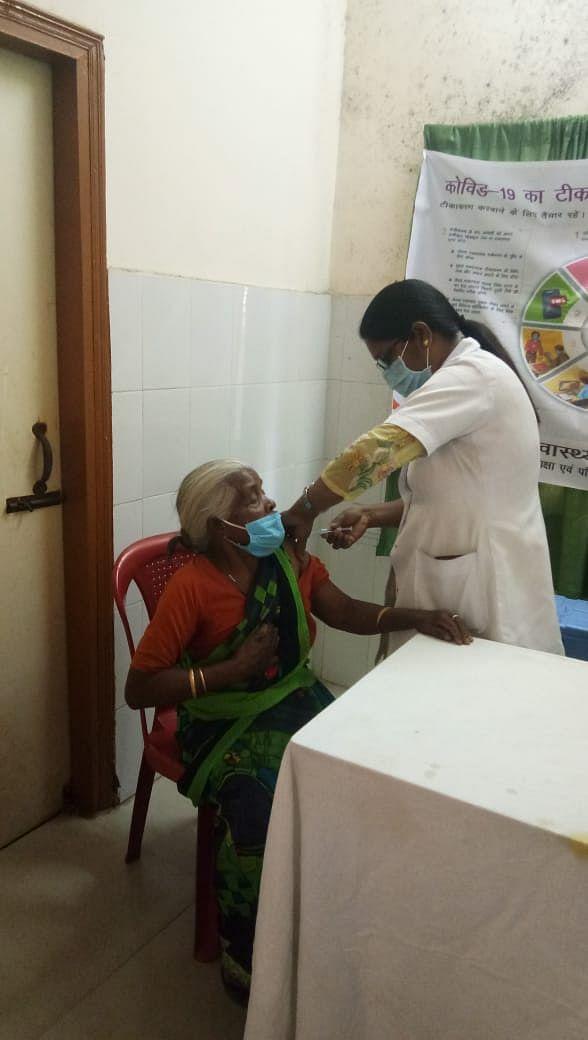ओल्ड ऐज होम की बुजुर्ग महिलाओं का हुआ टीकाकरण
