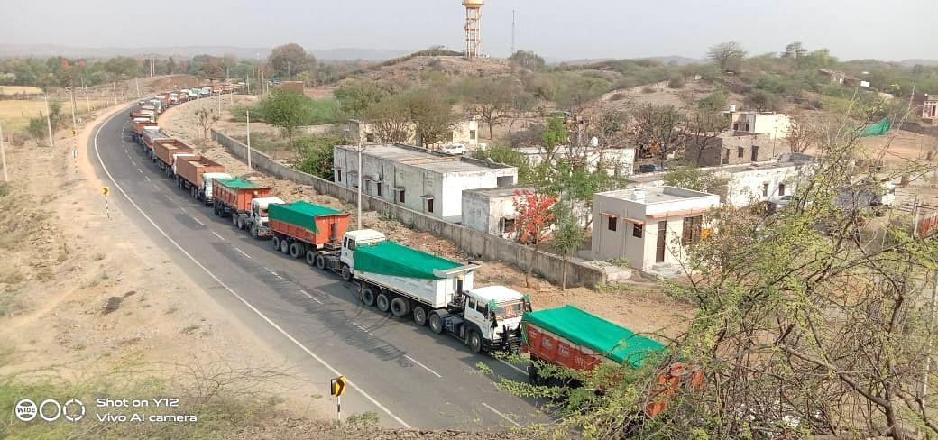 भीलवाड़ा पुलिस ने की बड़ी कार्रवाई, 33 बजरी से भरे ट्रक पकड़े, हेडकांस्टेबल निलबिंत