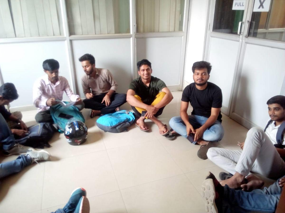 बीएचयू कला संकाय में छात्रों ने दिया धरना, सेमिनार के लिए हॉल आवंटित न होने से खफा