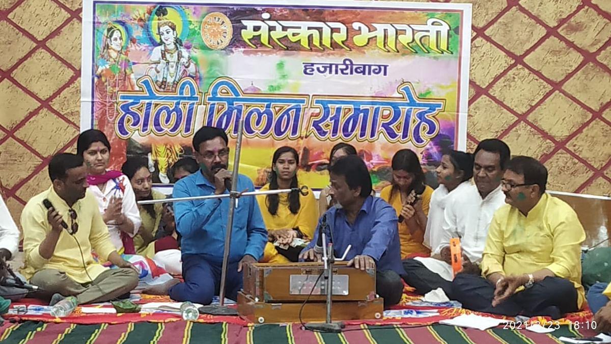 संस्कार भारती के होली मिलन कार्यक्रम में मंत्रमुग्ध हुए श्रोता