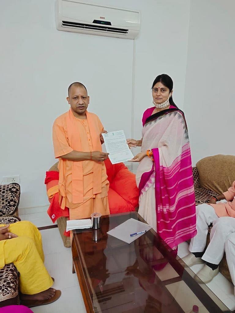 जनहित से जुड़ी परियोजनाओं की स्वीकृति के लिए मुख्यमंत्री को सौपा मांगपत्र