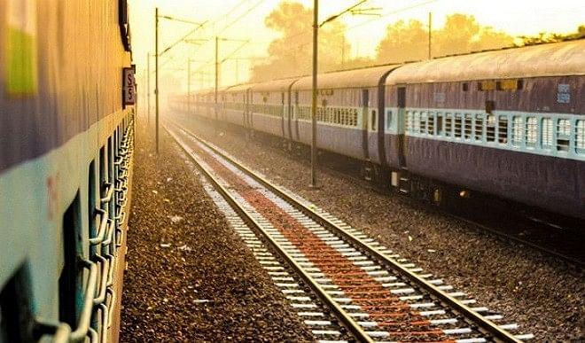 कोरोना का असर: रेलवे की यात्रियों से कमाई करीब 70 प्रतिशत घटी, माल ढुलाई से आमदनी बढ़ी