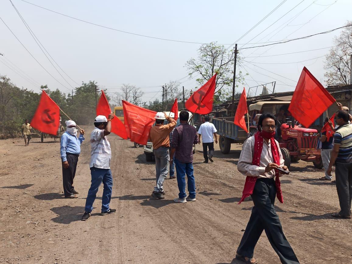 कोरबा : केंद्र सरकार की जनविरोधी नीतियों के खिलाफ संयुक्त ट्रेड यूनियन ने प्रदर्शन कर किया चक्काजाम