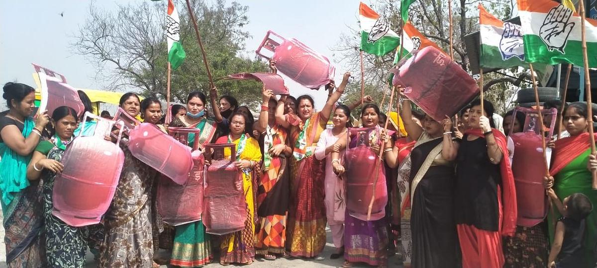 महंगाई के खिलाफ महिला कांग्रेस का प्रदर्शन
