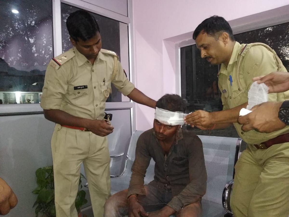 कानपुर पुलिस ने घायलों को मरहम-पट्टी कर मित्र पुलिसिंग की मिसाल कायम की