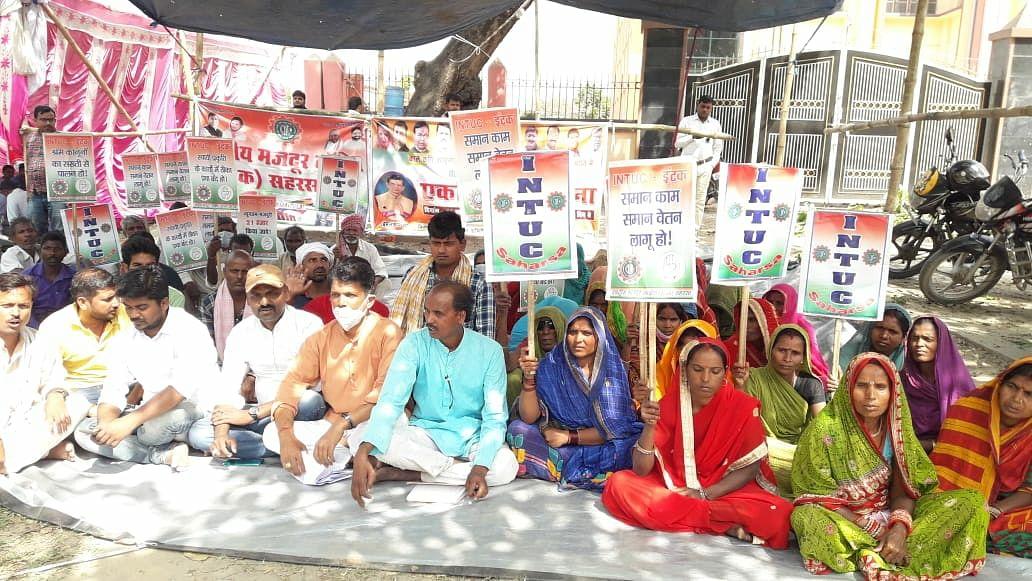 केंद्र सरकार के नीतियों के विरोध में कांग्रेस ने दिया धरना
