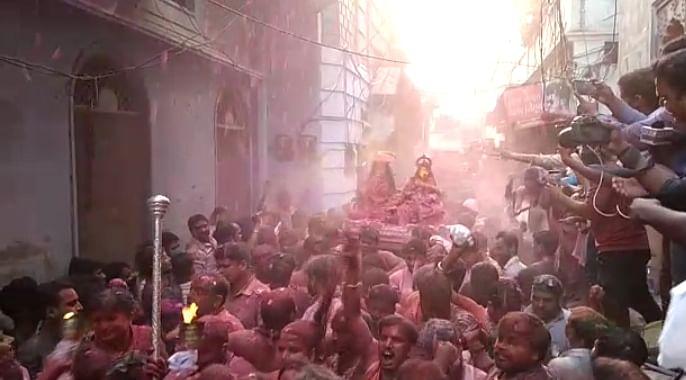 बाबा विश्वनाथ के गौने में उमड़ी शिवभक्तों की भीड़, उड़ा जमीन से आसमान तक गुलाल