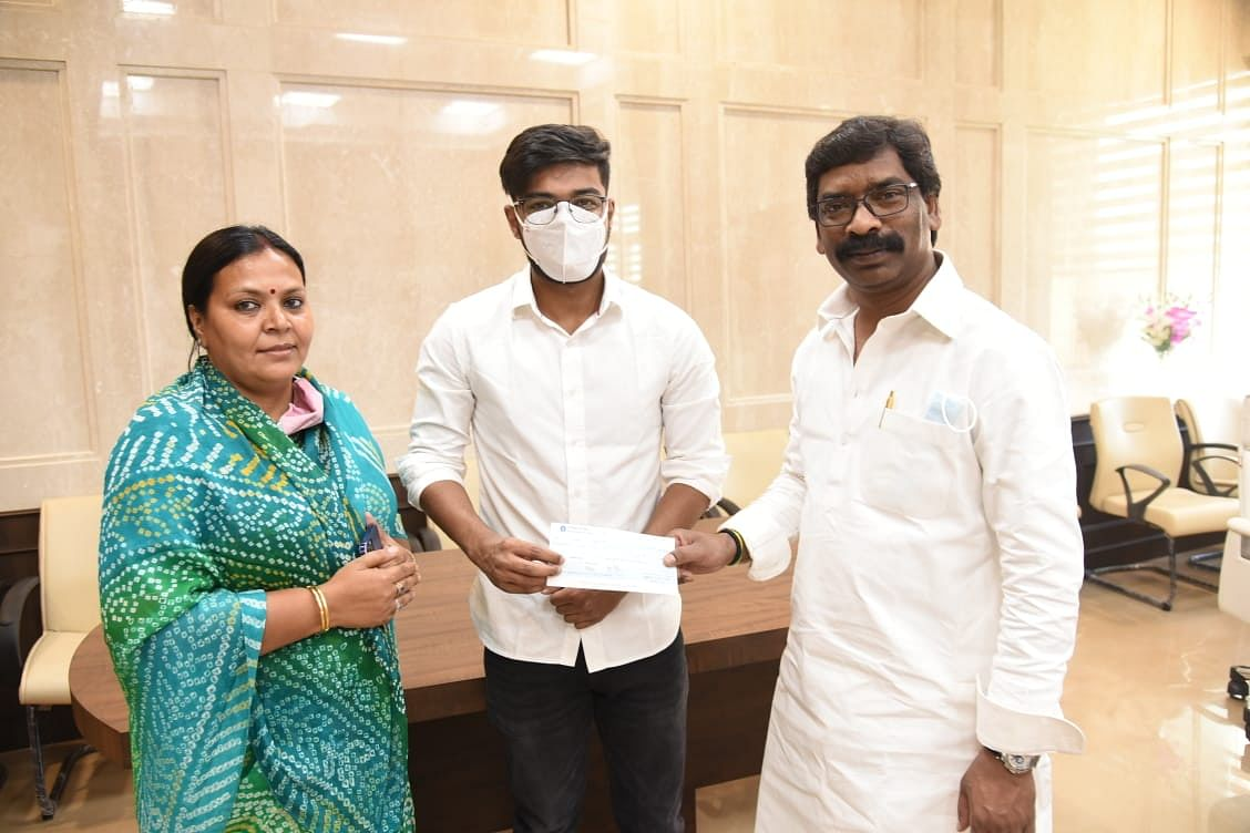 chief-minister-gave-financial-help-for-the-treatment-of-journalist-ravi-prakash