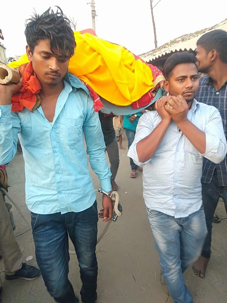 मुज़फ़्फ़रपुर में हथकड़ी लगे हाथों से युवक ने उठाई मां की अर्थी