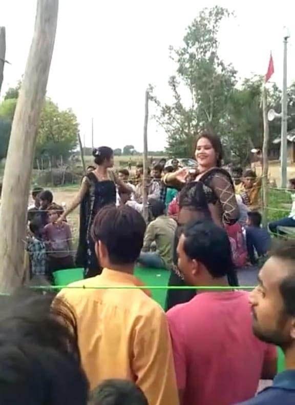 मतदाताओं को लुभाने के लिए बार-बालाओं से कराया अश्लील डांस, 35 लोगों के खिलाफ मुकदमा दर्ज