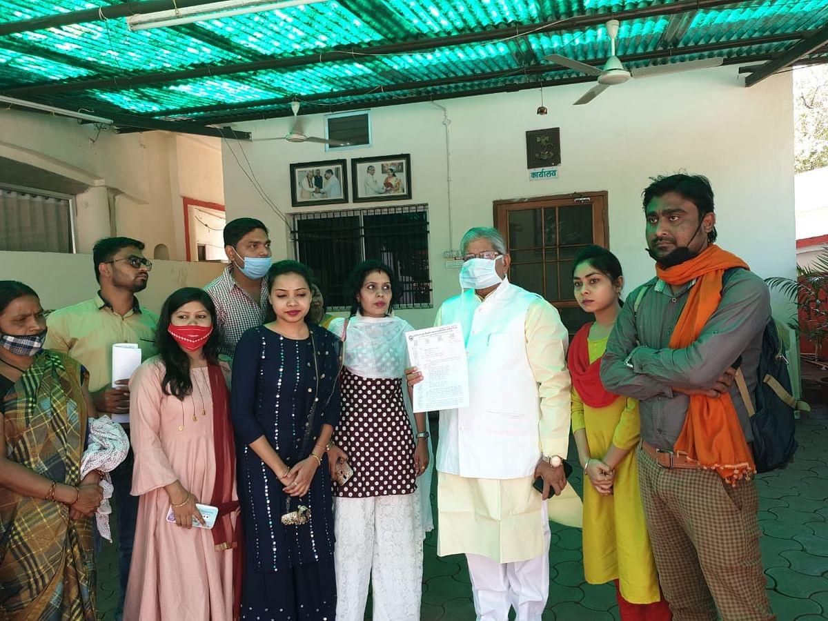 रायपुर : नेता प्रतिपक्ष कौशिक से मिले गृह निर्माण मंडल के अनियमित कर्मचारी