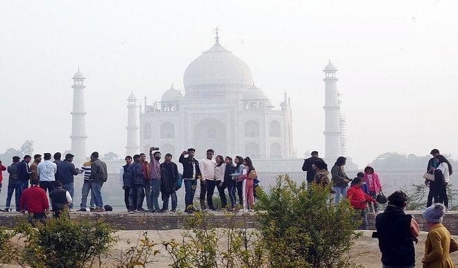ताजमहल में बम होने की खबर, पर्यटकों को निकाला गया बाहर