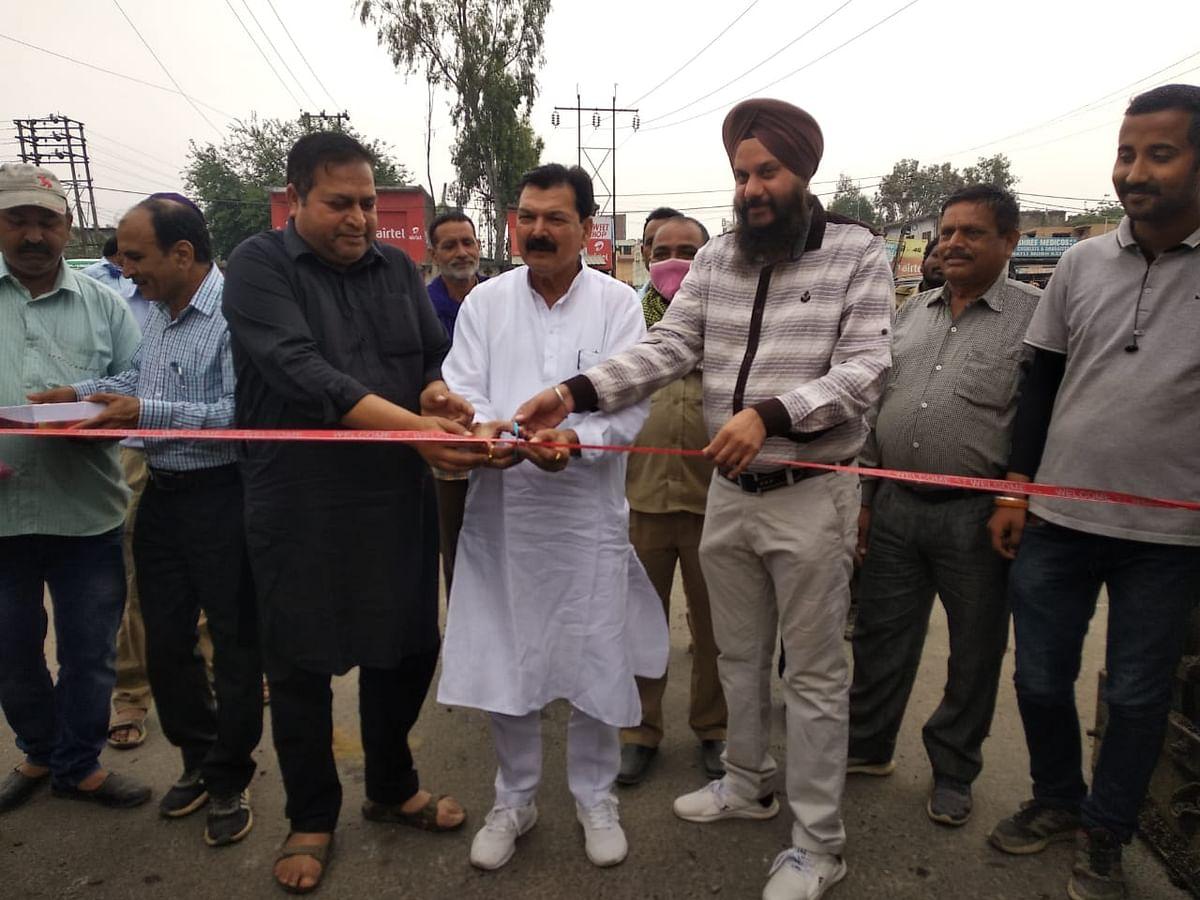 44 लाख की लागत से कठुआ शहर की मुख्य सड़कों की मरम्मत कार्य शुरू, नगर परिषद अध्यक्ष ने किया उद्घाटन