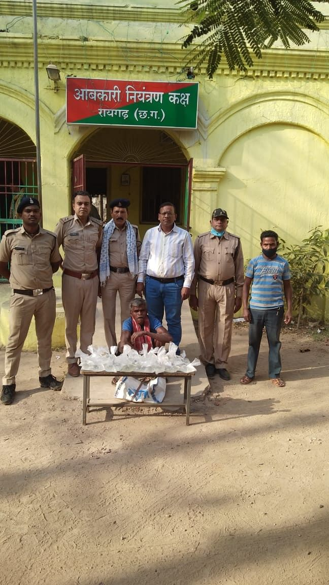 रायगढ़ : होली के पूर्व कार्रवाई, अवैध हाथ भट्ठी महुआ मदिरा जब्त
