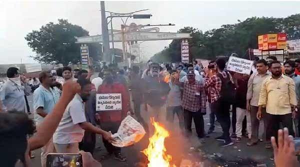 विशाखापट्टनम स्टील प्लांट को बंद करने संबंधी केन्द्रीय वित्त मंत्री के बयान पर भड़के प्लांटकर्मी, प्रदर्शनकारियों पर लाठीचार्ज