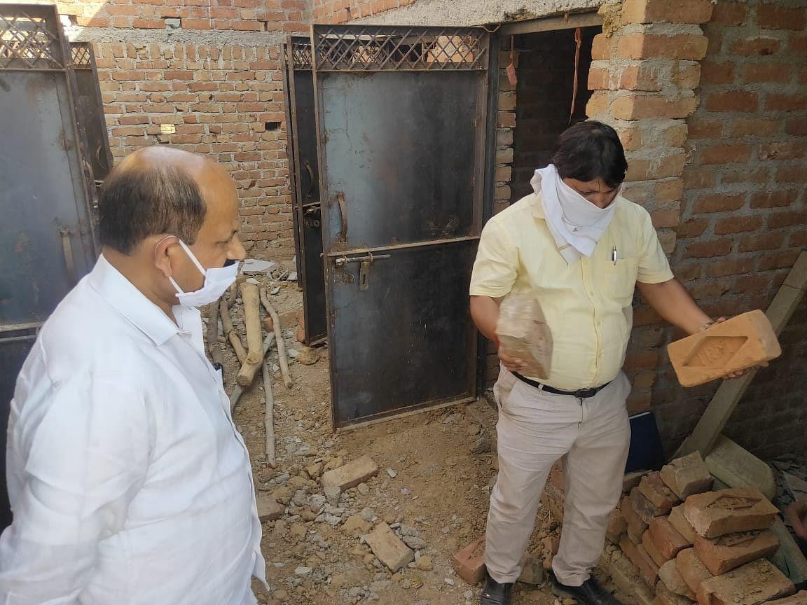 सामुदायिक शौचालयों के बोगस निर्माण देख डीएम ने अभियंता पर की कार्रवाई