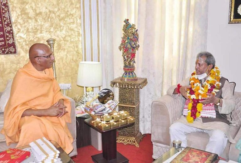 मुख्यमंत्री ने हरिहर आश्रम जाकर जूना पीठाधीश्वर स्वामी अवधेशानंद गिरि से लिया आशीर्वाद