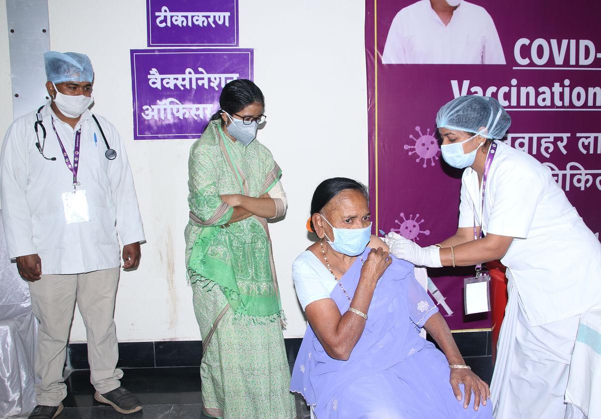 रायपुर : वृद्धाश्रम के बुजुर्गों ने उत्साह से लगवाया कोरोना का टीका