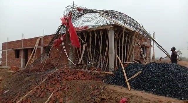 निर्माणाधीन मकान का छत गिरा