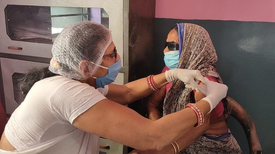 महुदा क्षेत्र के छह पंचायतों में कोरोना टीकाकरण शुरू