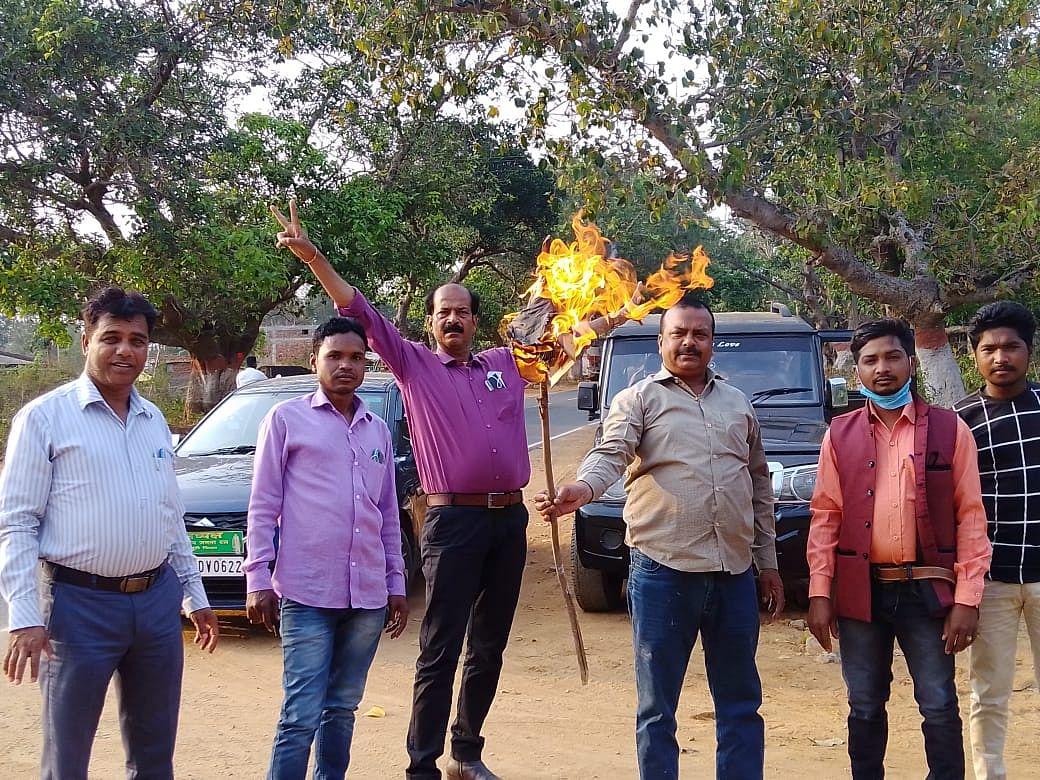 राजद कार्यकर्ताओं ने फूंका मुख्यमंत्री नीतीश कुमार का पुतला