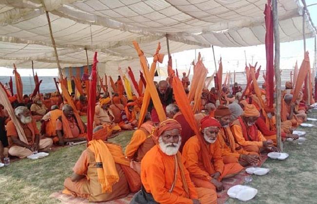 ending-of-the-running-of-the-field-in-the-adya-shankaracharya-dharmotthan-camp