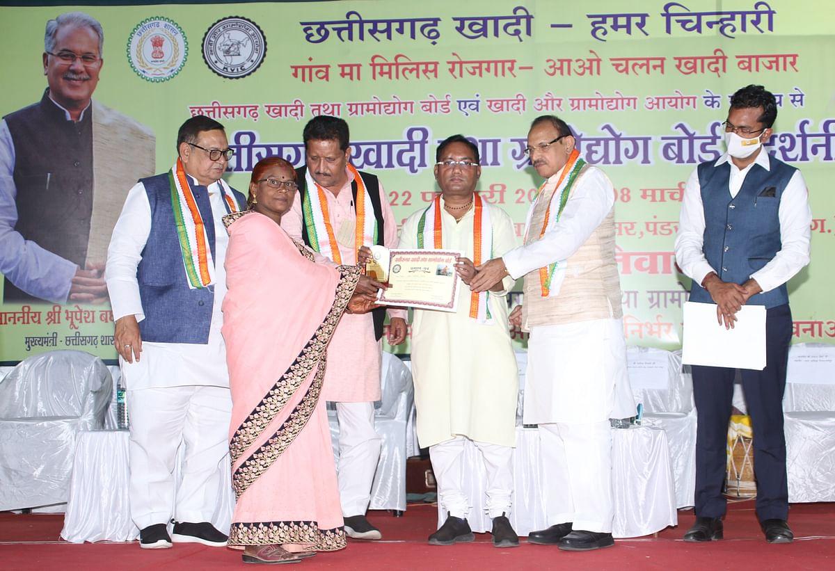 रायपुर : ग्रामोद्योग से मिला पांच लाख से अधिक परिवारों को रोजगार : मंत्री गुरु रुद्रकुमार