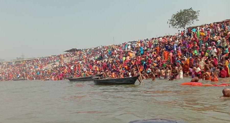 सिमरिया में गंगा स्नान करने उमड़ रही है लोगों की भीड़