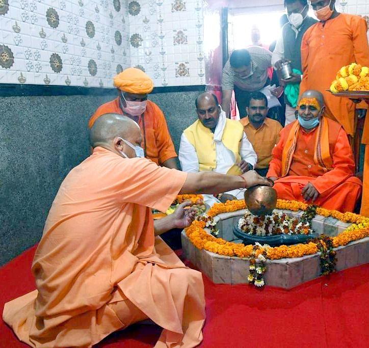 महाशिवरात्रि पर्व पर मुख्यमंत्री योगी आदित्यानाथ ने गोरखनाथ मंदिर में की पूजा -अर्चना