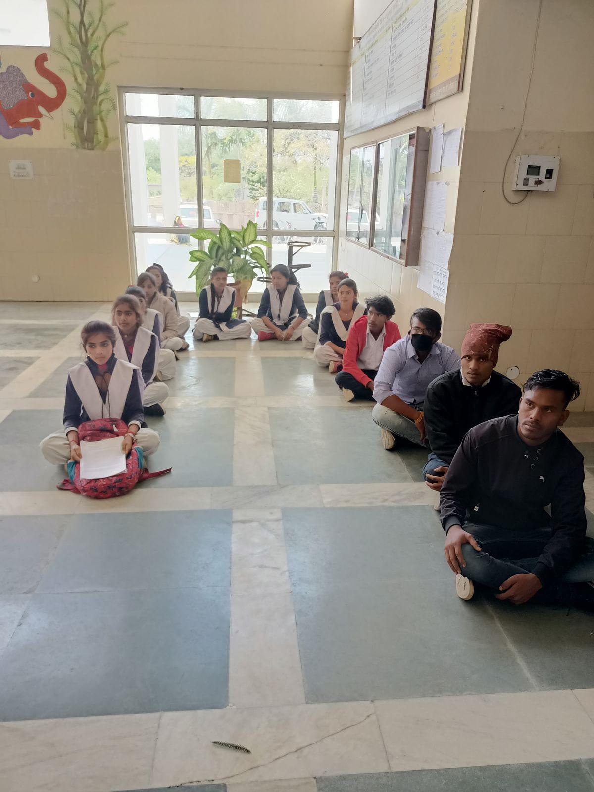 परीक्षा केंद्र बदलने को छात्र-छात्राएं पहुंचे कलेक्ट्रेट, कलेक्ट्रर को सौंपा ज्ञापन