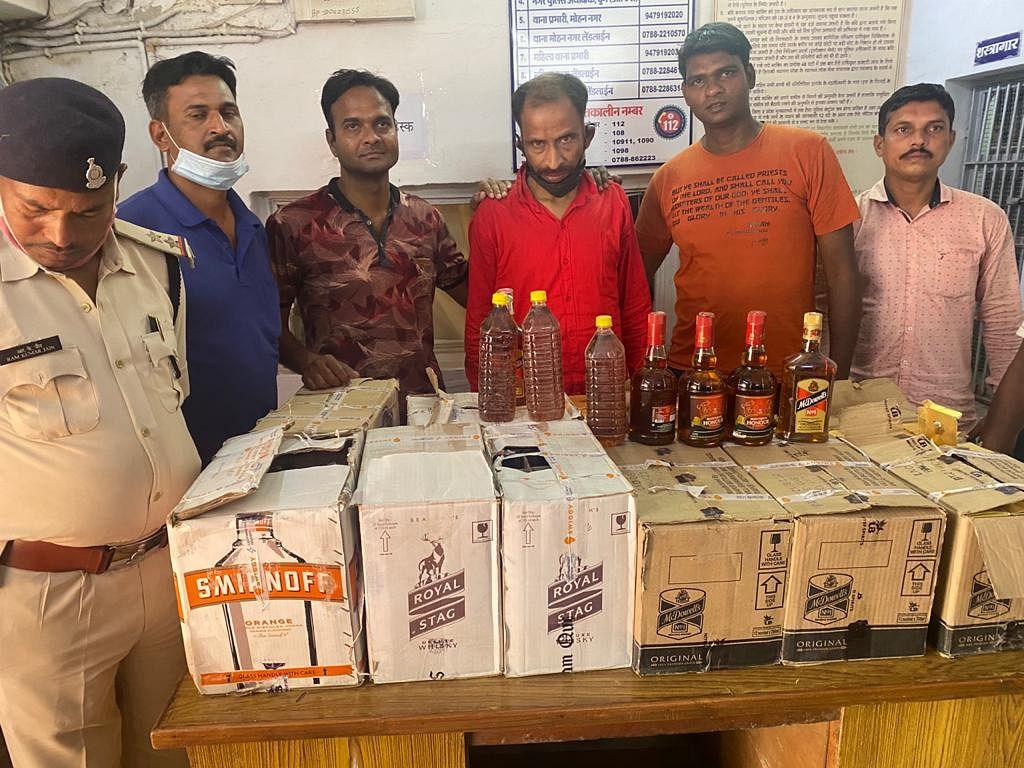 दुर्ग : 10 पेटी अंग्रेजी शराब के साथ आरोपित तस्कर गिरफ्तार, तस्करी में प्रयुक्त कार जब्त