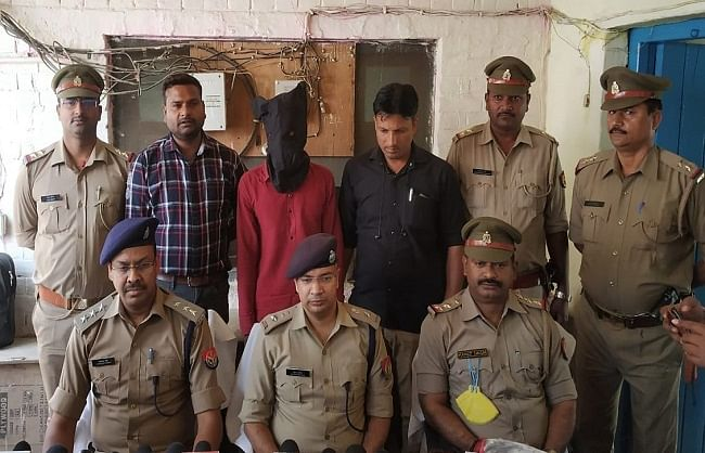 लखनऊ : मकान में अवैध असलहा बना रहा एक तस्कर गिरफ्तार, साथी फरार