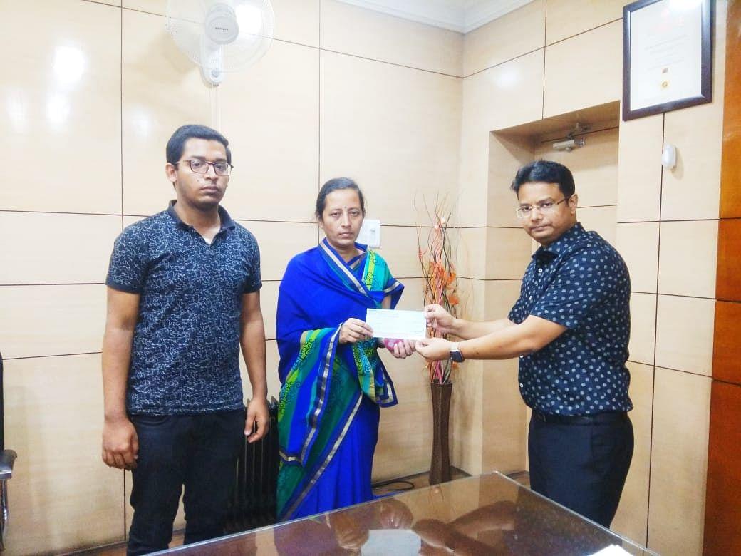 ललिता अग्रवाल को डीसी ने प्रदान किया अनुग्रह अनुदान की राशि