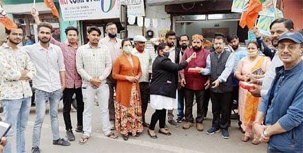 मदन कौशिक के भाजपा प्रदेश अध्यक्ष बनने पर कार्यकर्ताओं ने बांटी मिठाई