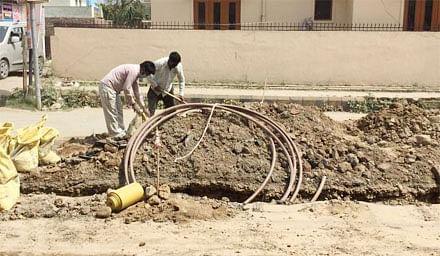 गैस पाइप बिछाने के चक्कर में टूटी पेयजल लाइनें, स्थानीय लोगों में आक्रोश